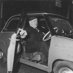 Earl Howe in seinem Goggomobil in London (1958)